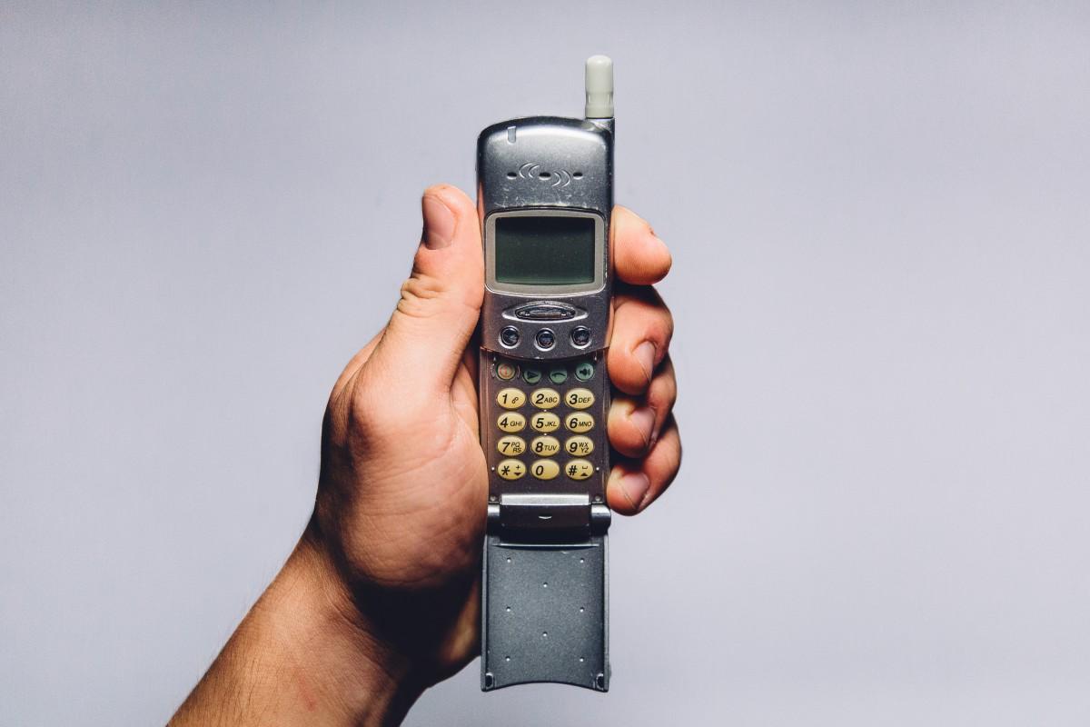 Quelle est la différence entre l'Iridium GO et un téléphone satellite ?